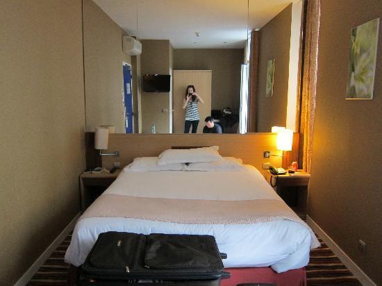 โรงแรมปาวีย็อง บาสติล: our double room. plenty big for two