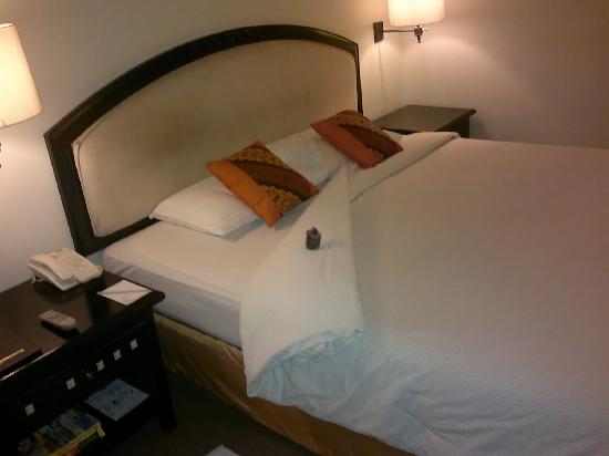 Travellers Hotel Jakarta: comfy bed + choc cookies
