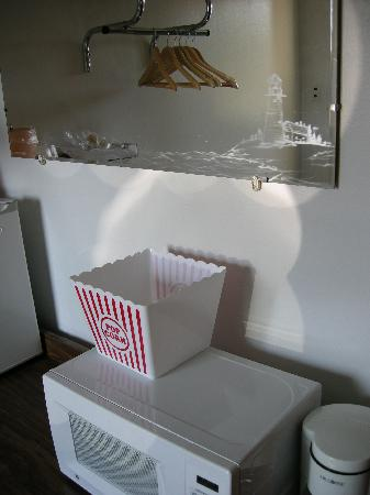 North Star Motel: Popcorn & plastic bin was a nice touch but afraid to eat/use it.
