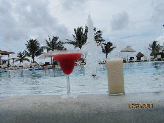 Secrets Capri Riviera Cancun: Pool side drinks