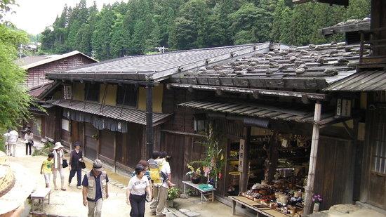 Nagiso-machi, Japon : 珍しい石置き屋根