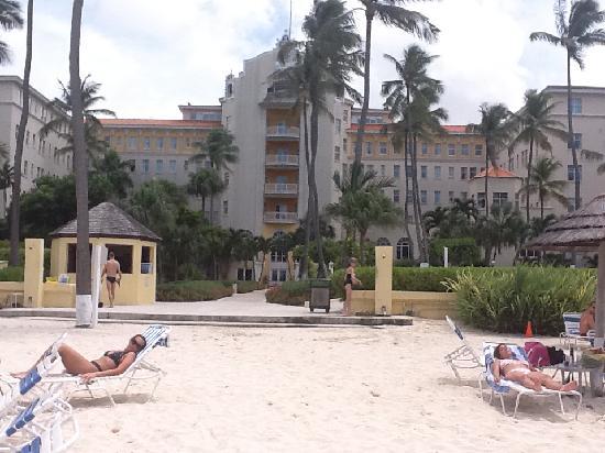 บริทิชโคโลเนียล ฮิลตัน แนสซอ: View from beach of Hotel