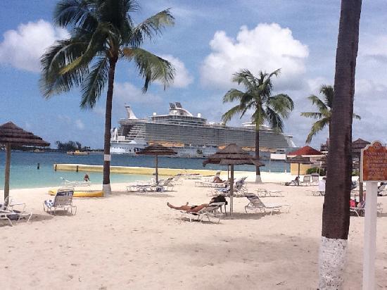 บริทิชโคโลเนียล ฮิลตัน แนสซอ: Beach View of Cruise Ships