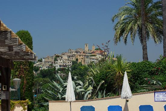Domaine du Jas: Biot vu de la piscine de l'hôtel