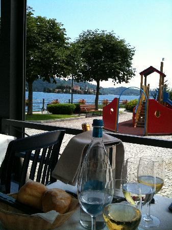 Ristorante Imbarcadero: Vista panoramica sul lago d'Orta e Isola di San Giulio