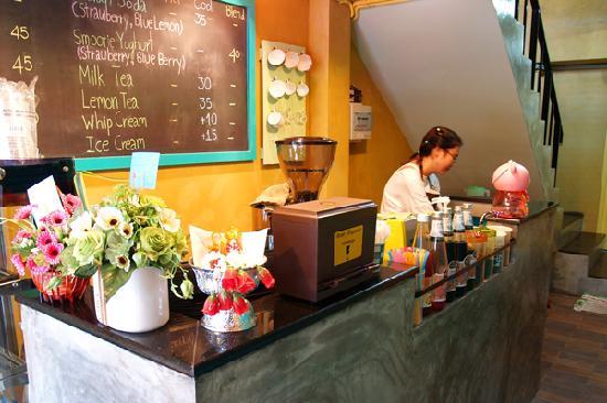 Yellow Green Coffee Shop: ชั้นล่าง
