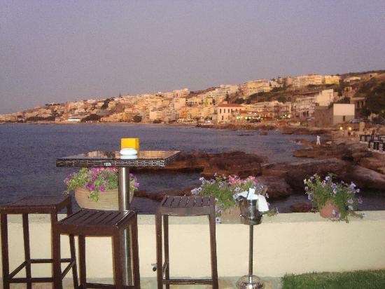 Cavo Seaside Luxury Suites: Panorama del posto al tramonto