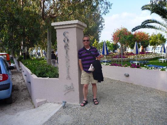 Corissia Beach Hotel: Entrée vers le jardin, la piscine et le restaurant