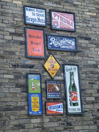 Μπράντφορντ, UK: Signs on the street.