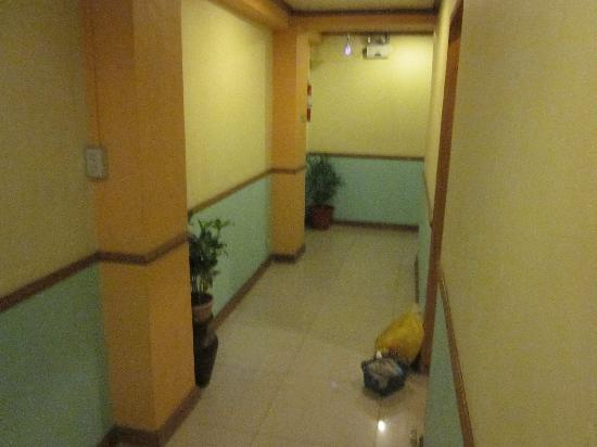 Ormoc Sugarland Pensione House Main: Third floor hallway to other rooms