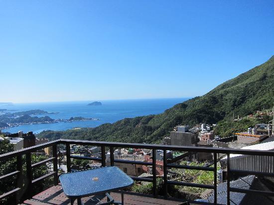 Chiufen Xiaoding Guest House : 入住當天下午,從陽台拍出去的海景,這就是所謂的「海天一色」吧!