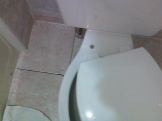 Days Inn by Wyndham Absecon-Atlantic City: Broken Toilet