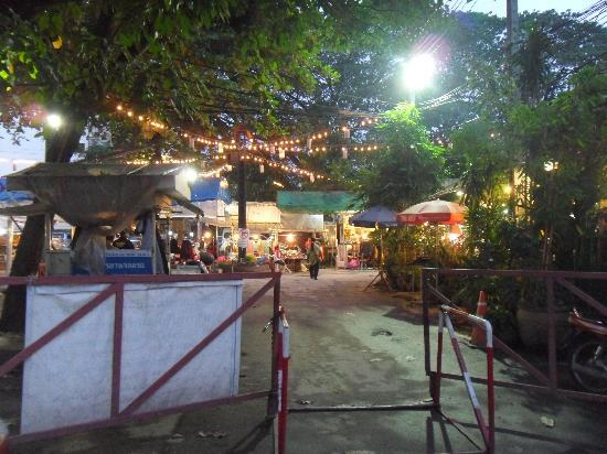 Lannathai Guesthouse: Food Market directly next to the hotel.