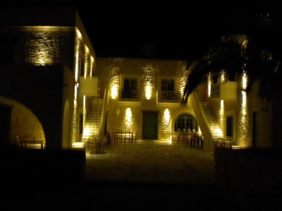 Yialos Ios Hotel: la facciata dell'hotel di notte