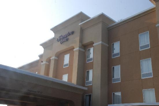 Hampton Inn Bryant: Outside of the Hotel