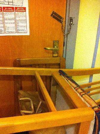 Milano Due: barricati nella stanza, affinchè non potessero aprire la porta dall'esterno.