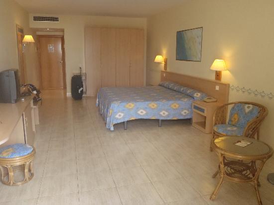 Hotel Coronas Playa: large room huge bed
