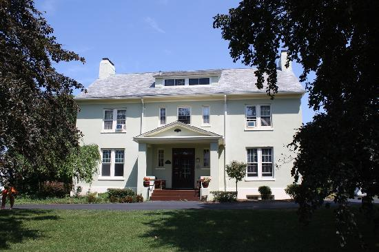 Yale Manor Bed & Breakfast: What a beautiful home