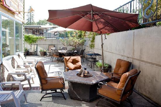 Stratford Inn: Enjoy your lunch on the sun deck or maybe glass of wine next to the fire pit.