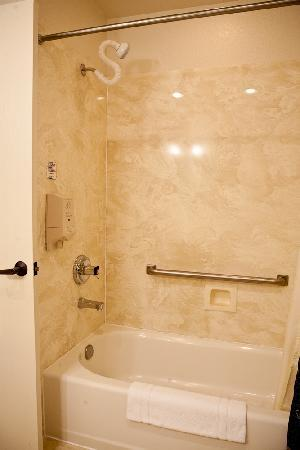 Stratford Inn: Most rooms come with a shower, bathtub combination
