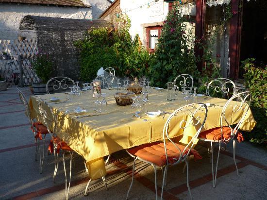 Chambres d'Hotes de Charme Les Bournais: Le repas sur la terrasse