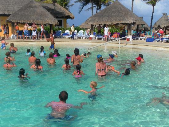 Iberostar Tucan Hotel: animadores en la piscina ..zumba!
