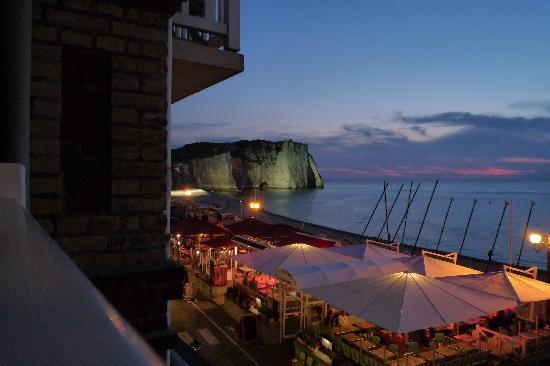 Hotel Restaurant le Corsaire : la vue le soir ( terrasse de l'hôtel en contrebas)