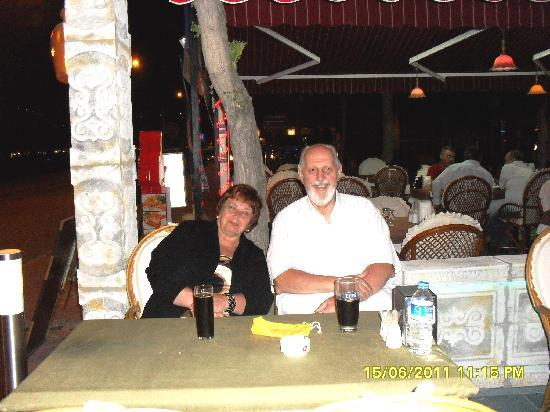 Victoria Bar And Restaurant Kusadasi : ENJOYING THE NIGHT