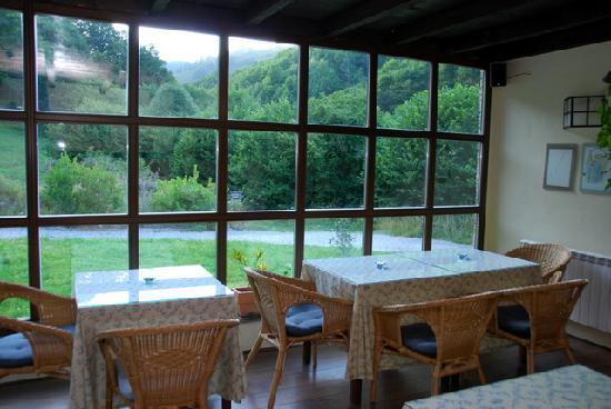 Hotel Casona Cantiga del Agüeira: El gran ventanal del comedor con vistas al valle