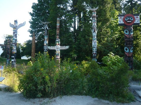 Cycle City Tours and Bike Rentals: Stopping at the Totem Poles at Stanley Park
