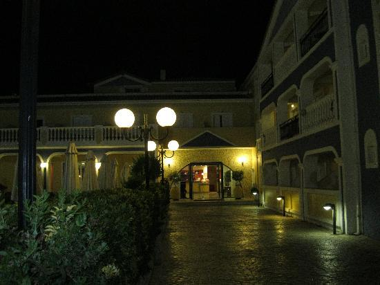 Petros Hotel: Hotel at Night