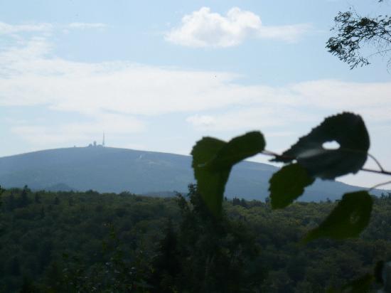 Raven Crag (Rabenklippe): ...und zwischendurch wunderschöne Ausblicke auf den Brocken - dieses Mal im Sonnenschein
