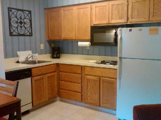 Residence Inn Wilmington Landfall: Kitchen area