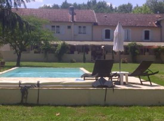 Logis Hostellerie du Clos Pite : Pool and terrace