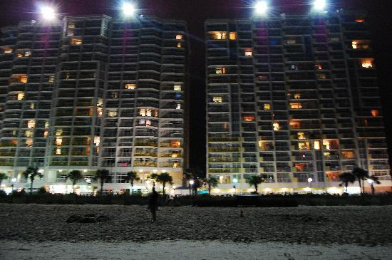Bay Watch Resort & Conference Center: View of Bay Watch Resort from the beach at night