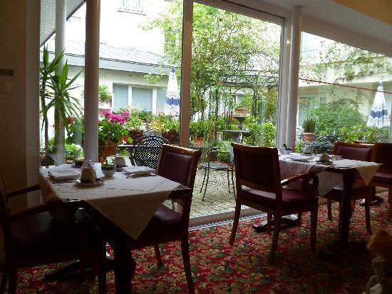 Hotel Gradlon: Courtyard garden