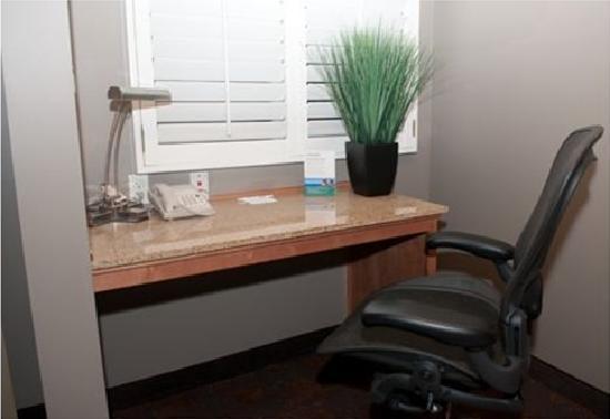 هوثورن سويتس باي ويندام مانهاتن بيتش: Studio Suite Workdesk Area