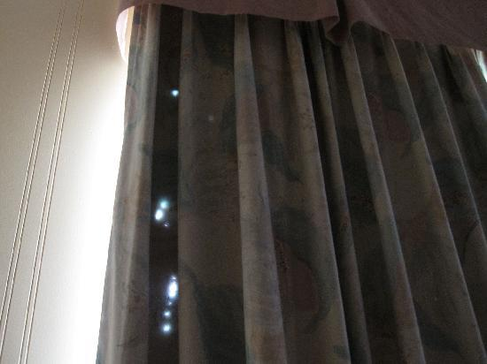 Days Inn Montreal East : Holes in the curtains. Stain on a towel, etc.