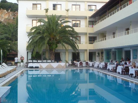 Pool area and restaurant picture of la piscine art hotel for Art piscine hotel skiathos