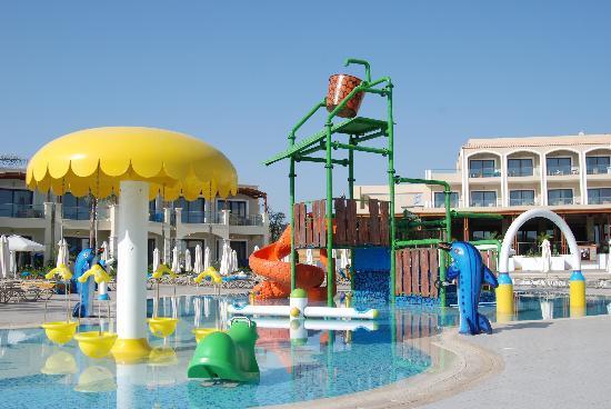 Hotel Mythos Beach: En del av fasilitetene i barnebassenget virket ikke. Dette bildet er uansett tatt på kveldstid d