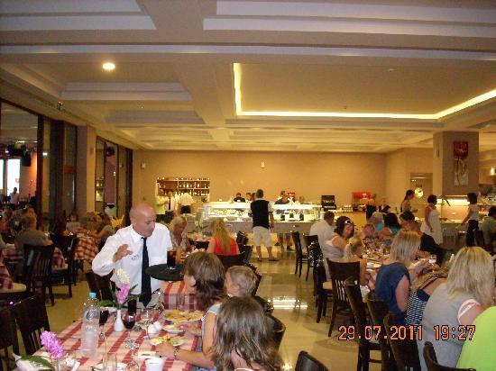 Hotel Mythos Beach: Spisesalen var et uendelig kaos av hylende barn, barn som løp rundt om kring og underholdning so