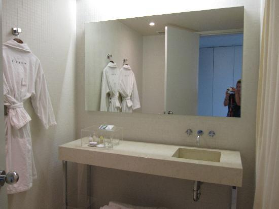 Hotel St Paul: Spacious bathroom.
