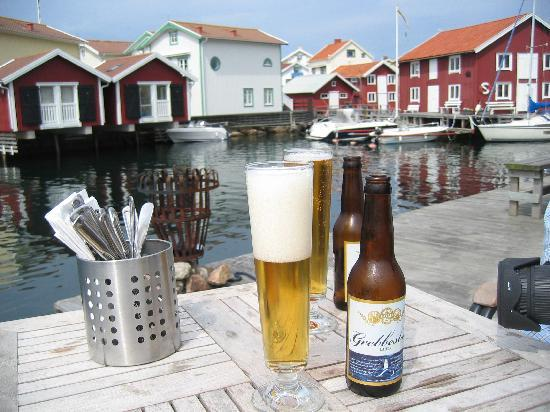 Sea Lodge Smogen: Having a beer at lunch on the quay of the sea lodge.