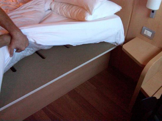Ibis Milano Ca Granda: Tavola sotto il materasso