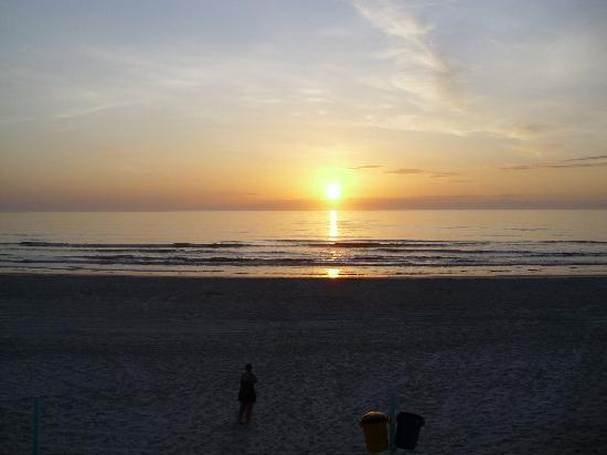 La Bella Oceanfront Inn: Sunrise from the patio