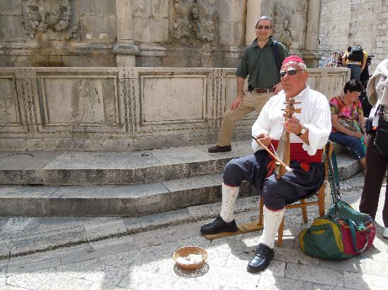 Apartments Placa Dubrovnik: Traditional musician playing at San Onofrio's fountain