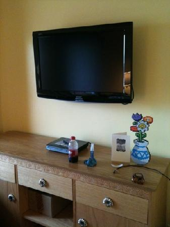 Ocean Key Resort: Nice flat screen and DVD player in the bedroom.