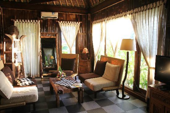 Yone Village Villas: The lounge area in the bungalow
