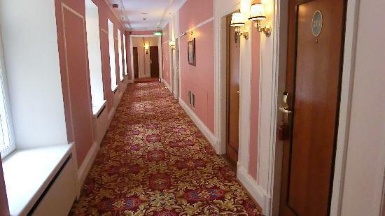 Belmond Grand Hotel Europe: ピンクを基調とした廊下のスーペリアブロック