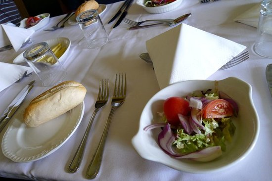 Moonwaters Restaurant: Salad and bread